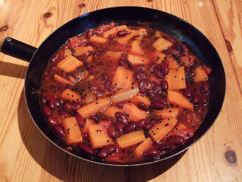 Bonenschotel met kidneybonen, wortel en tomaat